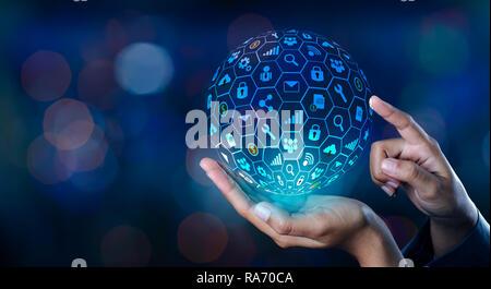 Monde de l'Internet l'icône dans les mains d'un réseau d'affaires de la technologie et de la communication des données d'entrée de l'espace