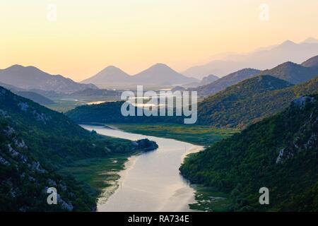 River Rijeka Crnojevica au lever du soleil, vue de Pavlova Strana vue, lac Skutari National Park, près de la ville de Cetinje, Monténégro Banque D'Images