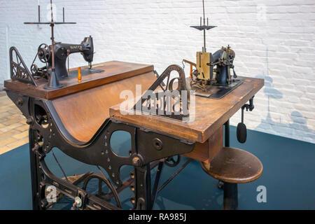 20e siècle couture industrielle table avec deux machines à coudre Singer in textile factory au MIAT / Industriemuseum, Gand, Belgique Banque D'Images