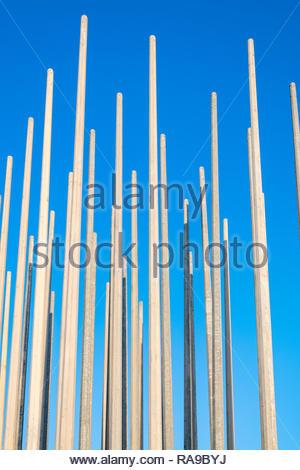 De nombreux poteaux d'éclairage contre taquet bleu du ciel. Banque D'Images