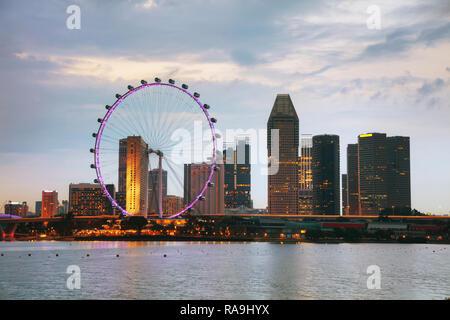 Le centre-ville de Singapour comme vu de la Marina Bay dans la nuit