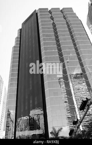 Miami, USA - 30 octobre 2015: tour bâtiment avec façade en verre sur ciel bleu. Architecture et design. Succès et à l'avenir concept. Propriété commerciale ou l'immobilier. Banque D'Images