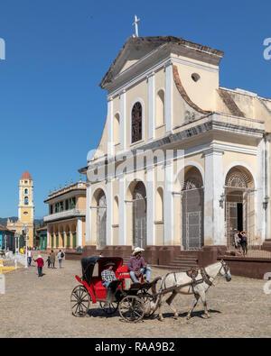 Transport de chevaux en face de l'Église Santisima Trinidad, Trinidad, Cuba Banque D'Images