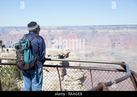 Randonneur prenant l'homme en vue de Grand Canyon de Mather Point Banque D'Images