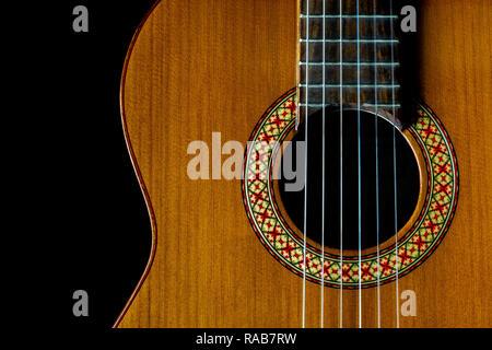 Classique, guitare acoustique, cordes, gros plan avant son trou et d'harmonie, fond sombre, l'espace de copie, vue du dessus