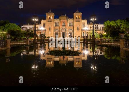 Photo de nuit du Musée des Arts et Traditions populaires à Plaza America, Séville, Andalousie, Espagne, Europe Banque D'Images