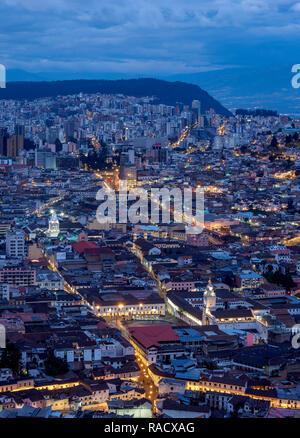 Old Town view à partir de El Panecillo, crépuscule, Quito, Pichincha Province, l'Équateur, en Amérique du Sud Banque D'Images