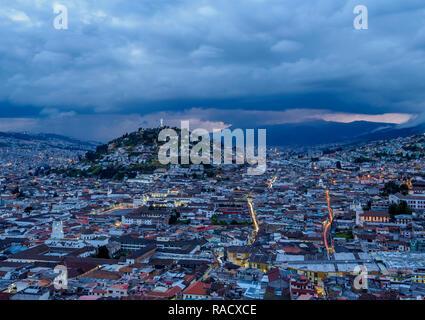 Vue sur la vieille ville en direction d'El Panecillo Hill au crépuscule, Quito, Pichincha Province, l'Équateur, en Amérique du Sud Banque D'Images