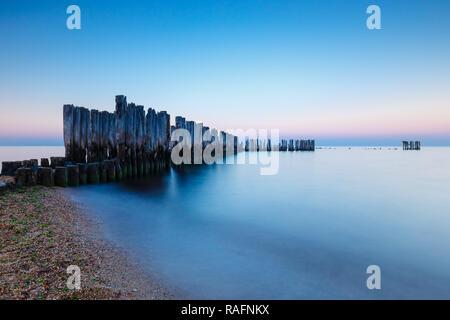 L'heure bleue à la mer. Belle et tranquille, coucher de soleil sur la mer Banque D'Images