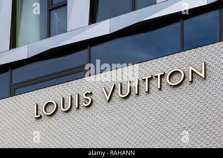 L'écriture sur façade de maison, boutique de mode, Louis Vuitton, DOQU Dorotheen Quartier, ARCHITECTE BEHNISCH, Stuttgart, Bade-Wurtemberg Banque D'Images