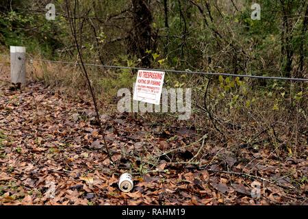 La bière vide pouvez jeté sur le sol au milieu des feuilles dans la nature avec une entrée interdite; il signe au-dessus de la pollution de l'aluminium; corbeille dans la nature. Banque D'Images