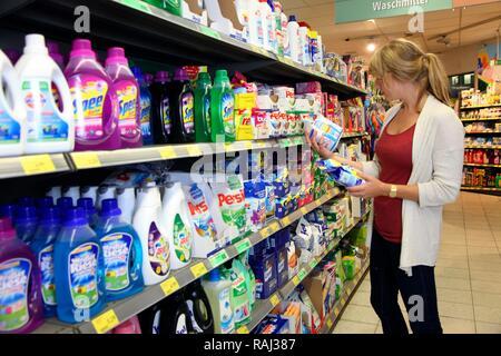La tablette avec les produits de nettoyage, lessives, supermarché