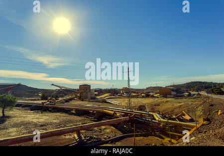Complexe de bâtiments de la mine d'une ancienne entreprise minière à Riotinto avec minéral et de la courroie du convoyeur et les tuyaux pour l'extraction de l'or et Cooper, avec Banque D'Images