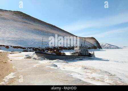 Bateau dans le lac Baïkal, l'île Olkhon, la Sibérie, la Russie, l'Eurasie