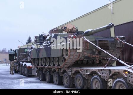SOCHACZEW, Pologne - Des soldats se préparent en vue de leur mouvement après une nuit de repos. Un transporteur de matériel lourd (HET), l'équipe composée d'Américains et Britanniques, HETs vérifiée principales voies d'approvisionnement capable de déplacer un M1A2 Abrams tank à travers l'écart de Suwalki, la porte d'entrée des pays baltes, d'un convoi qui a débuté le 20 février en Allemagne en route vers l'Estonie. Banque D'Images