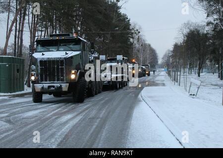 SOCHACZEW, Pologne - Des soldats se préparent en vue de leur mouvement après une nuit de repos, le 21 février 2017. Un transporteur de matériel lourd (HET), l'équipe composée d'Américains et Britanniques, HETs vérifiée principales voies d'approvisionnement capable de déplacer un M1A2 Abrams tank à travers l'écart de Suwalki, la porte d'entrée des pays baltes, d'un convoi qui a débuté le 20 février en Allemagne en route vers l'Estonie. Banque D'Images