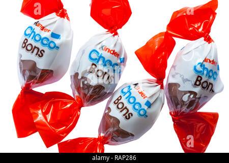 Lait et Choco-Bons Kinder chocolat au lait noisettes fines piqûres avec un remplissage de noisette laiteuse - quatre chocolats fixés sur fond blanc Banque D'Images