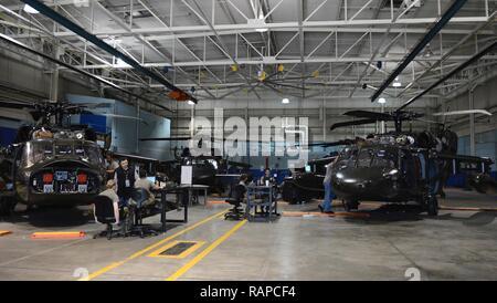 Les étudiants de l'armée américaine avec la 128e Brigade d'aviation train sur UH-60 Black Hawk at Joint Base Langley-Eustis, en Virginie, le 24 février 2017. Le 128e de l'Avn. Bde. trains environ 6000 étudiants dans les systèmes d'hélicoptères réparer chaque année.