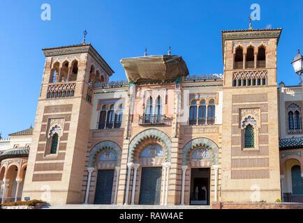 La façade du Musée d'art et les coutumes populaires (Museo de Artes y Costumbres Populares) - musée mudéjar, Séville, Andalousie, Espagne Banque D'Images