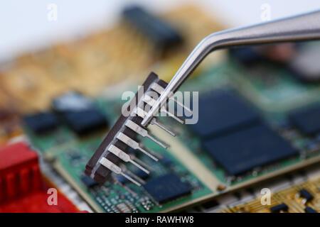 Un employé de service de réparation d'ordinateur