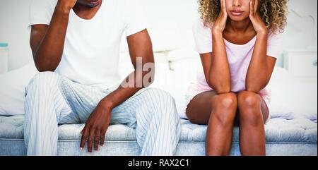Couple bouleversé'ignorant après lutte on bed