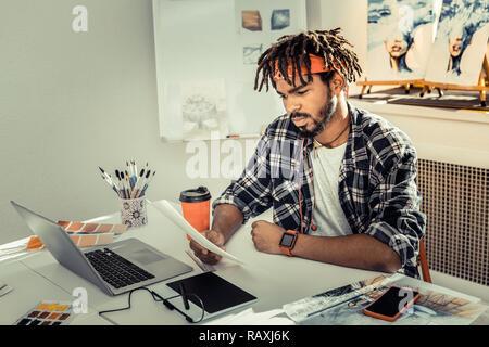 Les jeunes designers prometteurs tout en travaillant des sentiment Banque D'Images