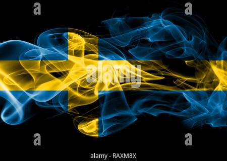 Drapeau national de la Suède fait de la fumée de couleur isolé sur fond noir Banque D'Images