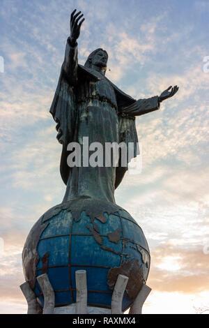Cristo Rei de Dili, une grande statue de Jésus, donne sur la mer près de la capitale du Timor Leste.