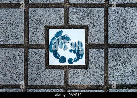 Arita, JAPON - 30 octobre 2018: Arita porcelaine bleu et blanc avec des poissons comme décoration dans le mur Banque D'Images