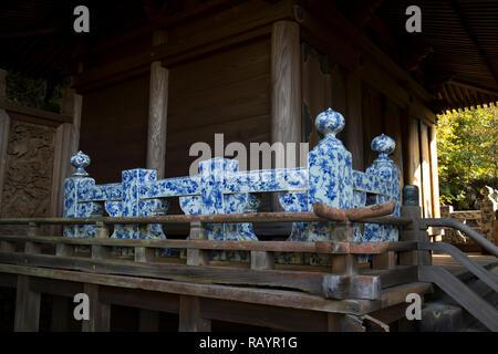 Arita, JAPON - 30 octobre 2018: Détail du sanctuaire Tozan à Arita avec une balustrade faite de porcelaine Arita bleu et blanc