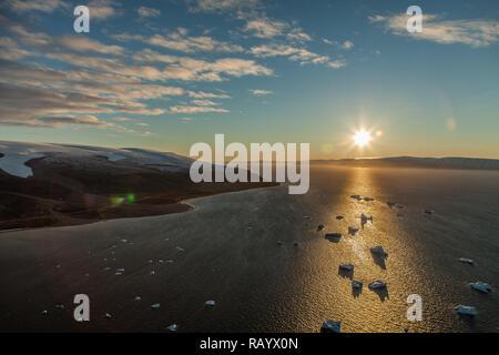 Lever du soleil à Qaanaaq au Groenland. Anciennement connu sous le nom de Thulé Thulé ou nouvelle. Banque D'Images