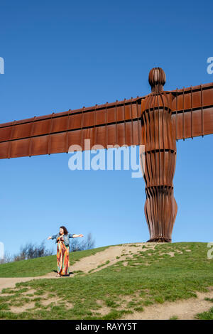 Posant pour des photos par l'Ange du Nord, Gateshead, Tyne et Wear, Angleterre Banque D'Images