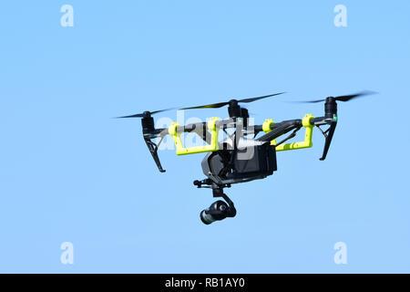 DJI Quadcopter 2 inspirer, d'un drone équipé d'une caméra vidéo dans le ciel. Banque D'Images