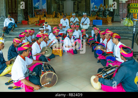 Bali, Indonésie - Mars 24, 2017: les joueurs dans un gress dans le temple d'Ulun Danu sur le Lac Beratan riverside Banque D'Images