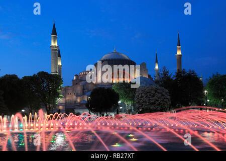 Sainte-sophie Sainte-Sophie, la nuit, Site du patrimoine mondial de l'UNESCO, le parc de la Place Sultanahmet, Istanbul, Turquie, Europe Banque D'Images