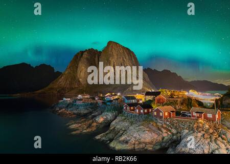 Northern Lights aurores boréales avec vue classique du village de pêcheurs de Hamnoy, près de Reine en Norvège, îles Lofoten. Cette photo est alimenté par un merveilleux spectacle de Northern Lights.