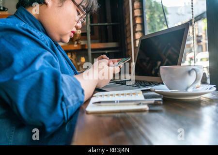 Jeune fille message SMS sur téléphone intelligent