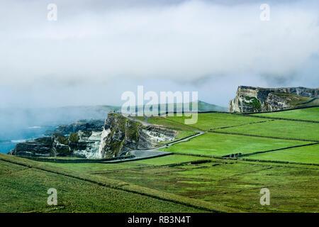 Vue de l'Anneau du Kerry lookout et parking au sommet de la 300m de haut Coomanaspic transmettre le N70, le comté de Kerry, Irlande. Banque D'Images