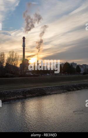 La fumée de l'usine sur le ciel Banque D'Images