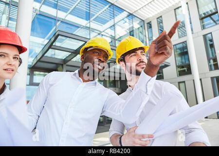 Les gestionnaires du site et de l'équipe architectes prendre une décision sur un projet de construction Banque D'Images