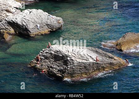 Bonifacio est une ville située sur la pointe sud de l'île française de Corse. Il est connu pour son port de plaisance animé et médiévale clifftop citadelle. Le 13ème siècle le bastion de l'Etendard abrite un petit musée avec des expositions sur l'histoire de la ville. L'Escalier du Roi d'Aragon est ancienne 187 marches creusées dans la falaise. Au sud-est, les îles Lavezzi inhabitée, une réserve naturelle, ont les rochers de granit et de plages de sable. Banque D'Images
