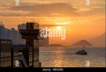 Coucher de soleil sur le port Victoria et le China Ferry Terminal Observation Deck, Tsim Sha Tsui, Kowloon, Hong Kong Banque D'Images