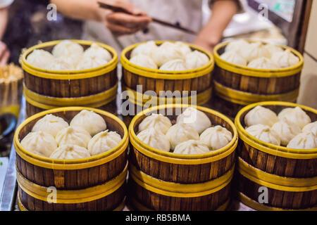En vente au stand de l'alimentation de rue spécialité chinoise boulettes à la vapeur à Beijing, Chine