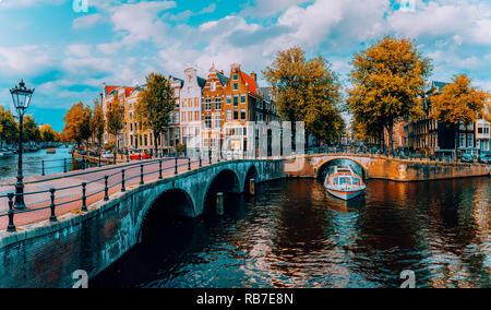 Panorama d'Amsterdam. Célèbres canaux und des ponts à la lumière de l'après-midi chaud. Pays-bas Banque D'Images