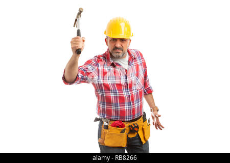 Builder avec expression de colère menace de frapper avec un marteau isolated on white background studio Banque D'Images