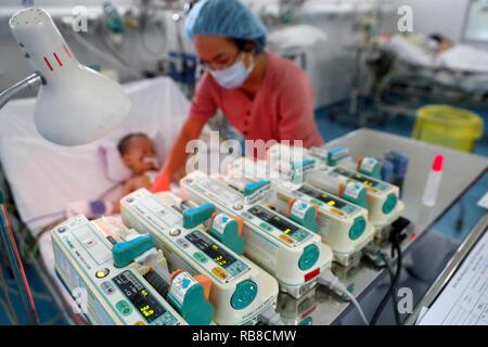Tam Duc cardiologie Hôpital. Enfant vietnamien souffrant de maladies du cœur. Unité de soins intensifs. Ho Chi Minh Ville. Le Vietnam.