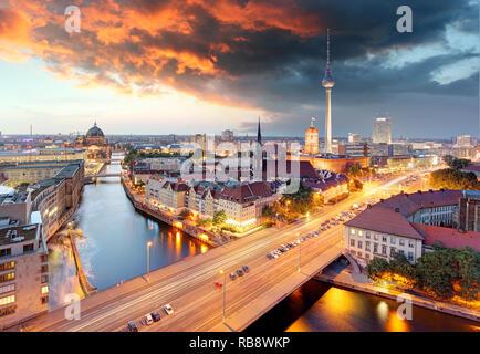 Berlin à l'aube avec un ciel dramatique Banque D'Images