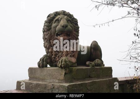 Wiesbaden / Allemagne - Décembre 2018: l'un des deux lions sur la terrasse sur le Neroberg devant un fond brumeux.