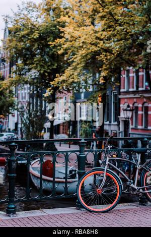 Moto garée sur un pont à Amsterdam, Pays-Bas. Paysage urbain typique