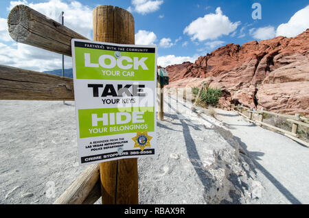 3 AOÛT 2018 - LAS VEGAS, NEVADA: un panneau posé par le Département de Police de Las Vegas rappelle aux visiteurs à verrouiller leurs véhicules et masquer vos objets tout en e Banque D'Images